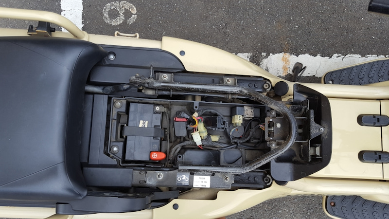 バイクのバッテリー交換:作業上の注意点と作業工程を紹介 PS250